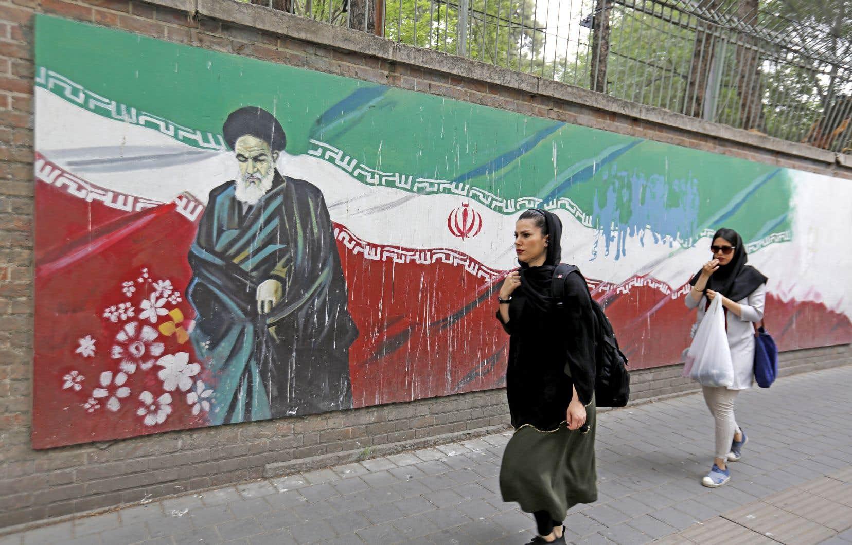 Deux femmes défilant dans la rue à Téhéran, en mai dernier
