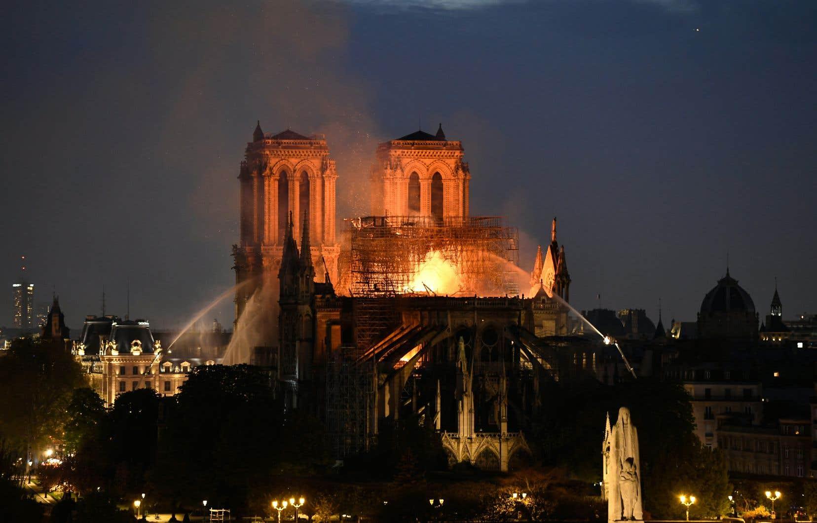 L'incendie est «potentiellement lié» aux travaux de rénovation de l'édifice, selon les pompiers.