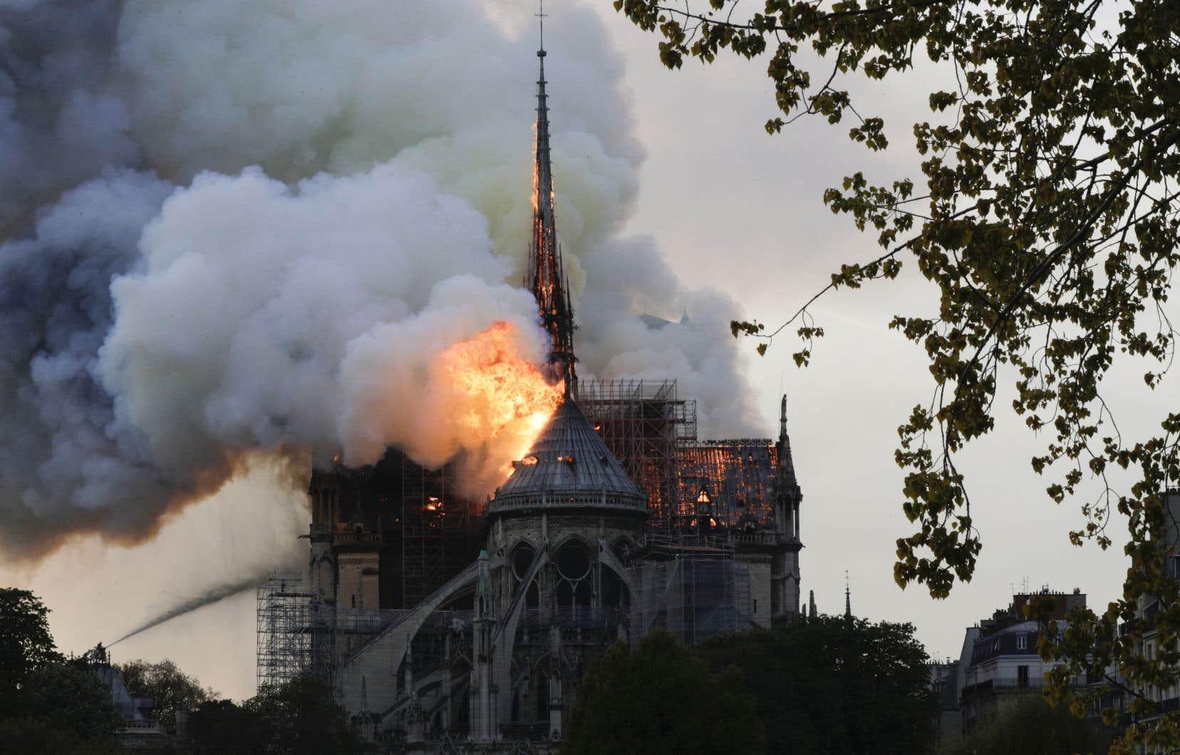 Un incendie impressionnant était en cours lundi à Notre-Dame de Paris.