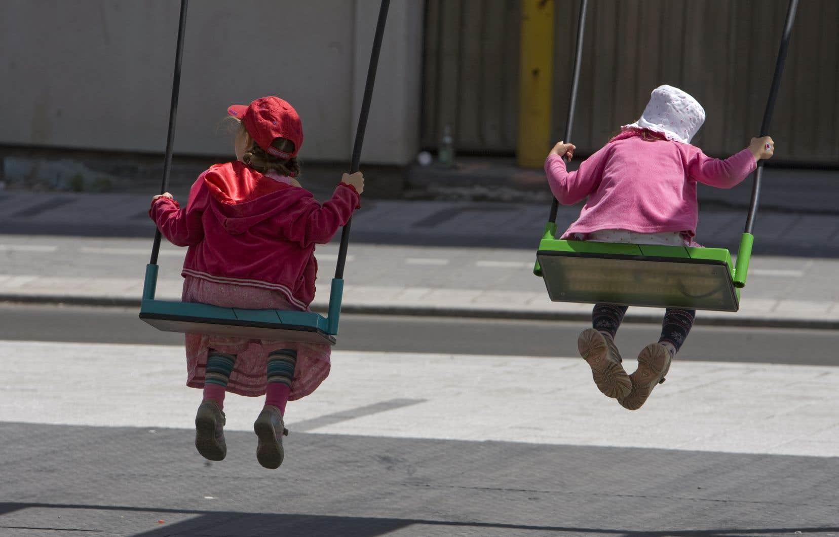 «Plusieurs migrants ont des enfants vivant sur le territoire québécois, qui ne sont pas considérés comme étant domiciliés ou résidents au Québec en raison de leur statut d'immigration», notent les auteurs.