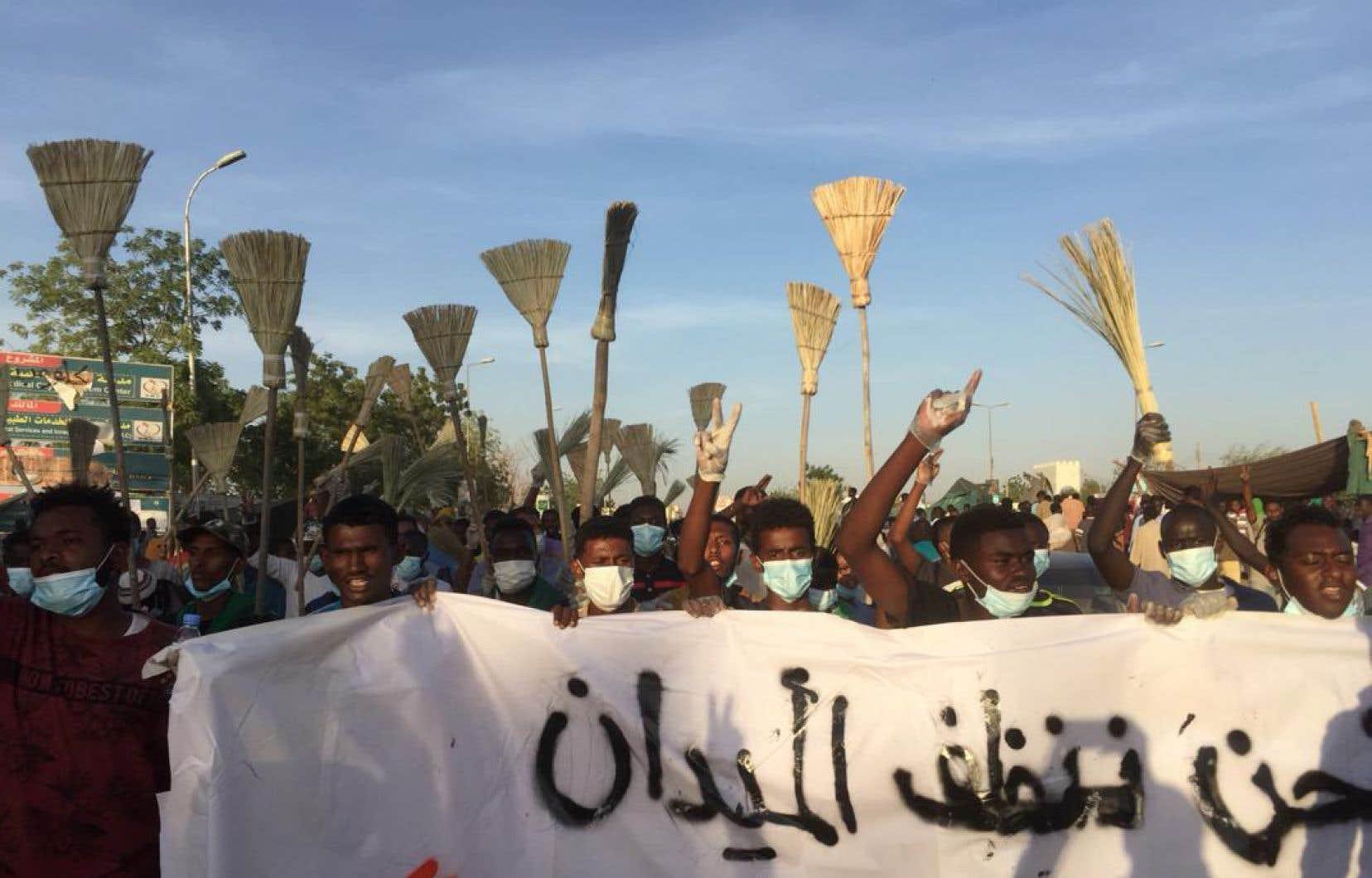 Mardi, des milliers de personnes ont afflué devant le QG militaire avec un message clair: la destitution du président Omar el-Béchir et les promesses d'instaurer un gouvernement civil, sans donner de calendrier, ne suffisent pas.