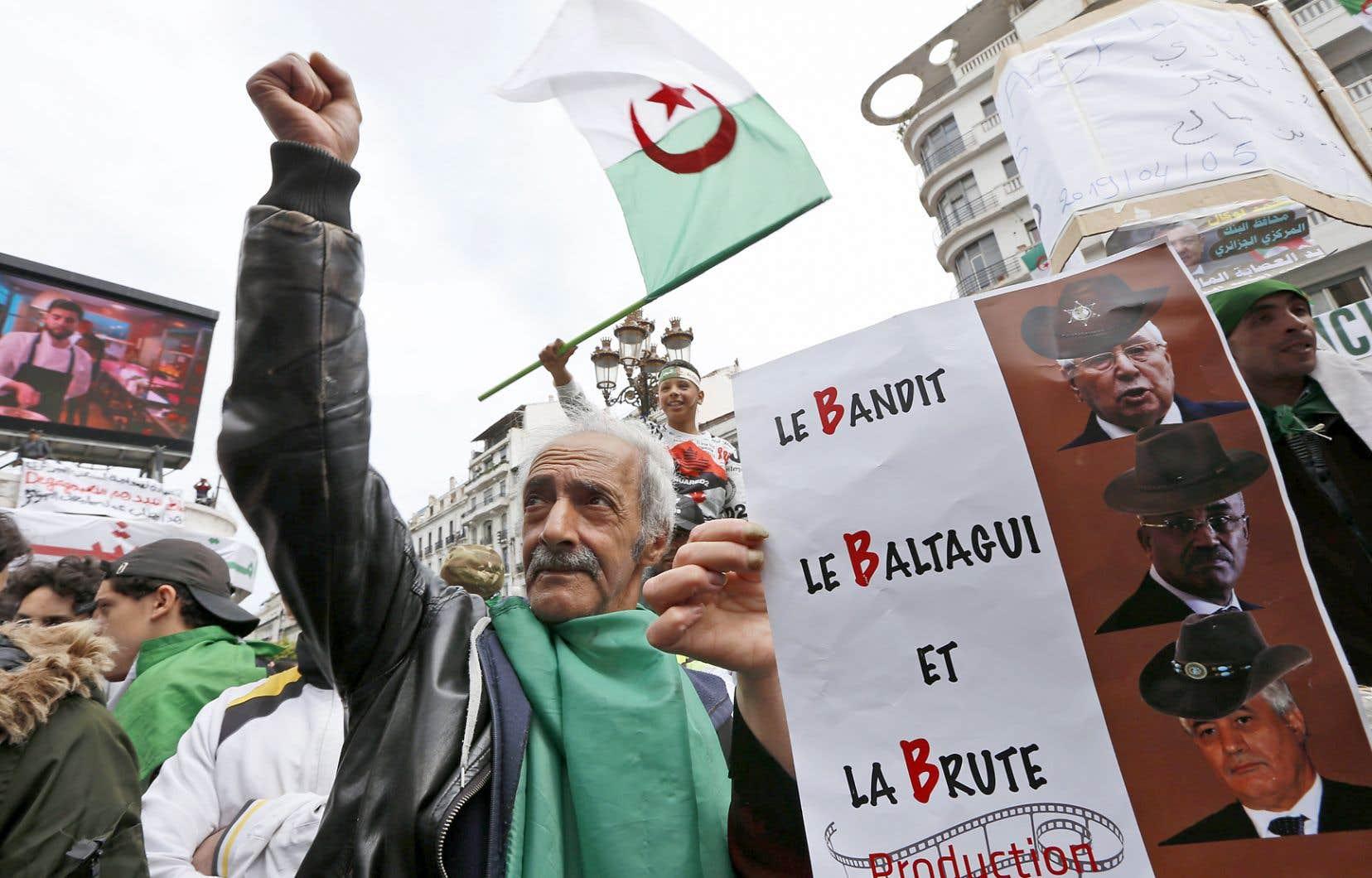 À l'instar de plusieurs contestataires, un manifestant à Alger exige le départ de trois hauts dirigeants de l'ex-régime Bouteflika.