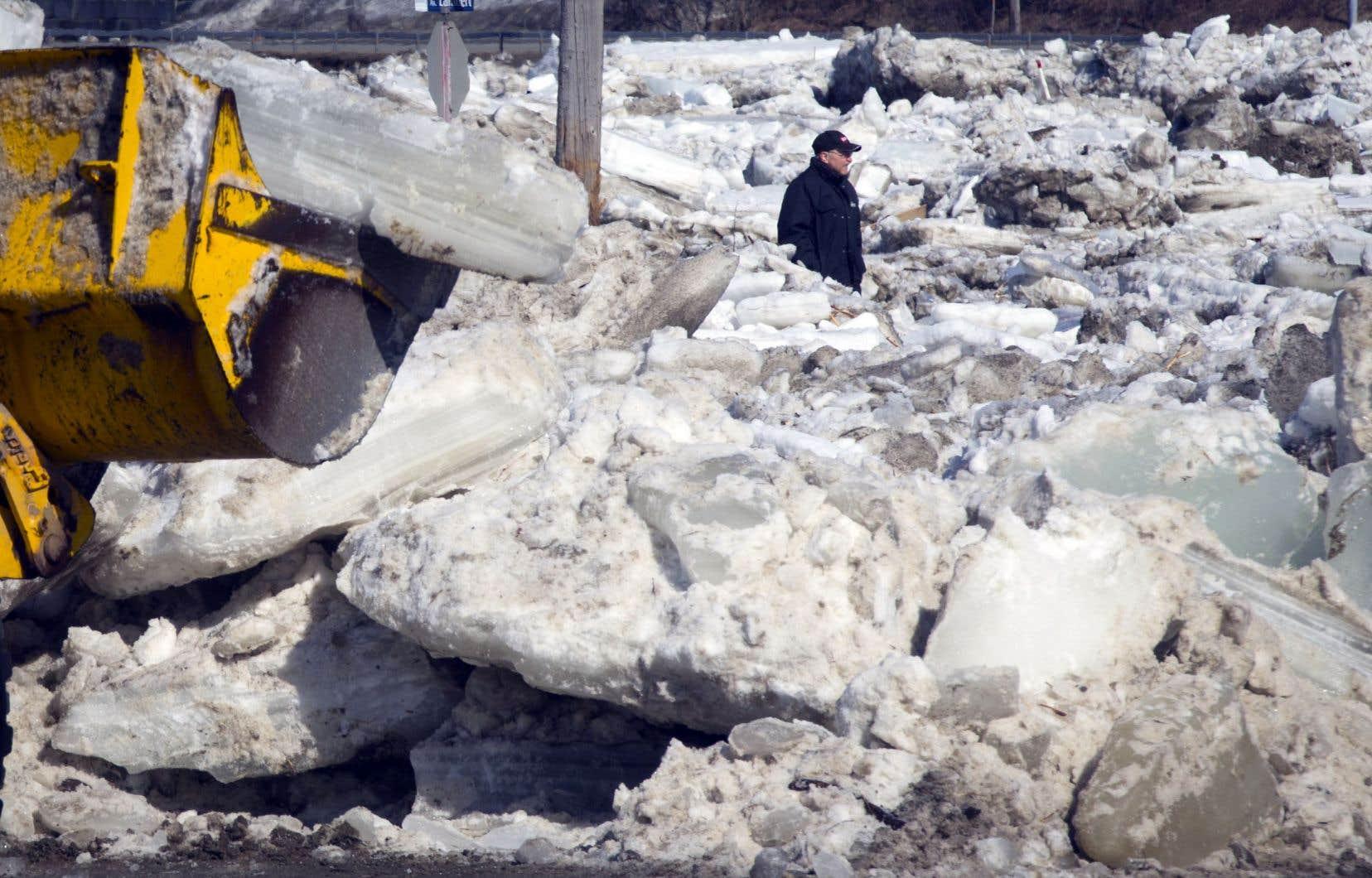 On a fait appel à l'équipement lourd pour déplacer les immenses blocs de glace que la rivière Chaudière a emportés avec elle.