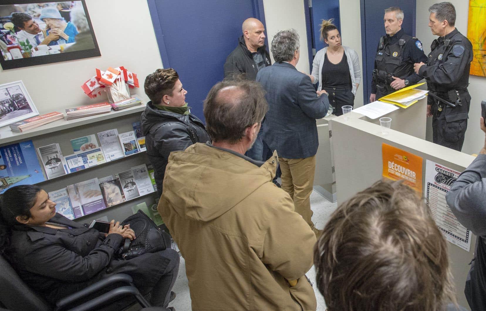 Au bureau du premier ministre Trudeau à Montréal, les manifestans ont négocié avec la police pour que quatre d'entre eux puissent s'entretenir directement avec une adjointe du bureau de M.Trudeau.