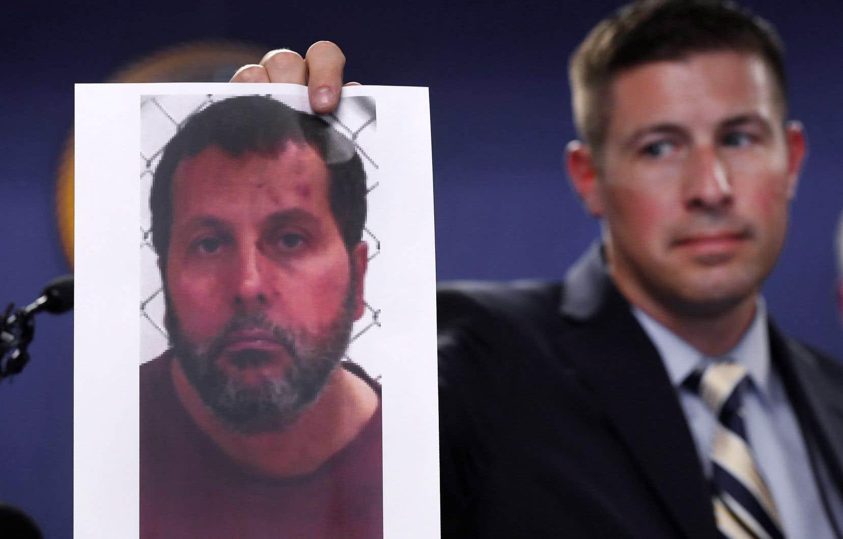 Un agent du FBI montre la photo d'Amor Ftouhi lors d'une conférence de presse à la suite de son attentat au couteau à l'aéroport de Flint.