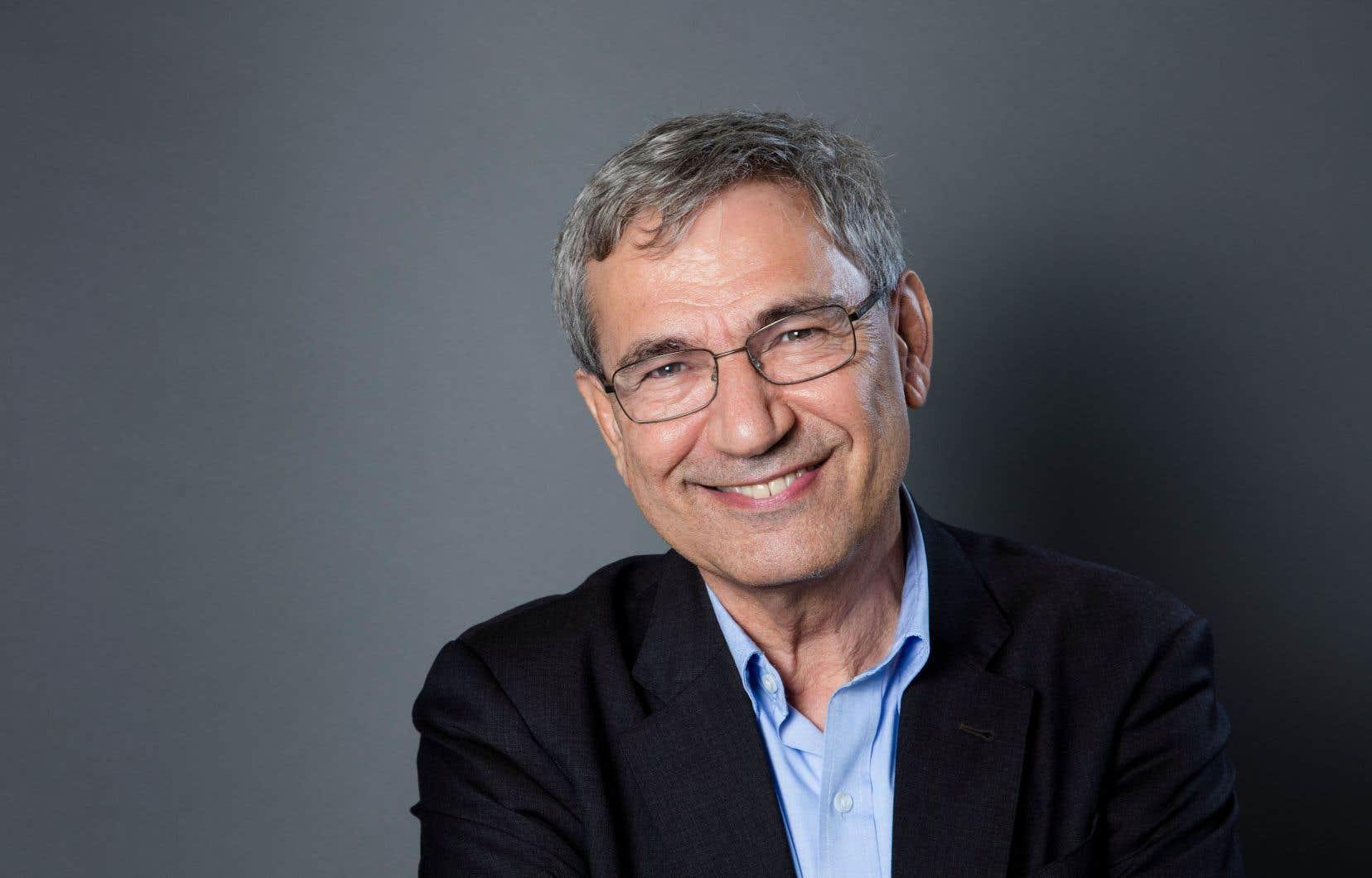 Orhan Pamuk intègre dans son récit une tension entre l'Orient et l'Occident.