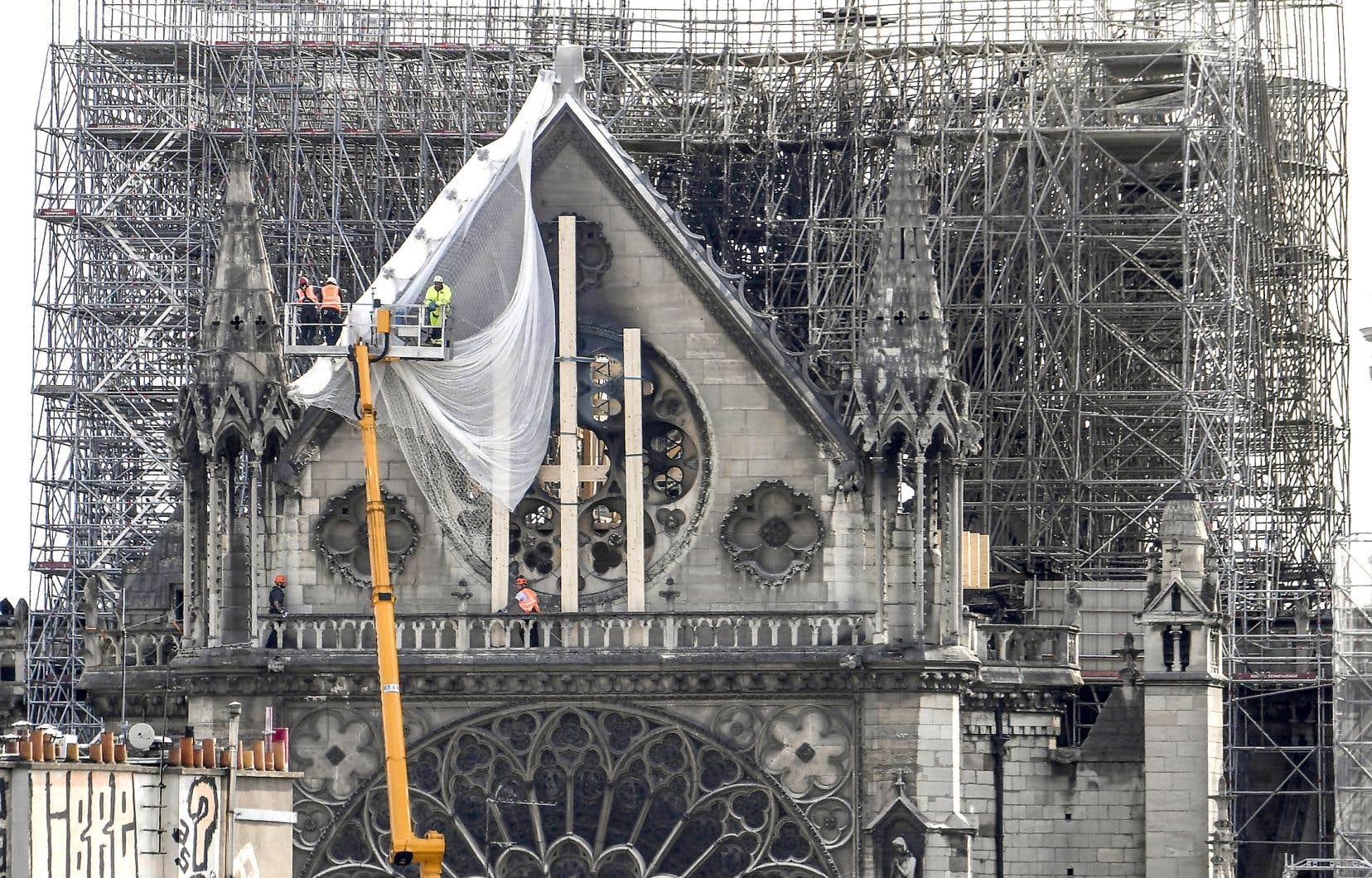 Les murs fragiles de la cathédrale Notre-Dame de Paris ont été recouverts de planches de bois pour les stabiliser.