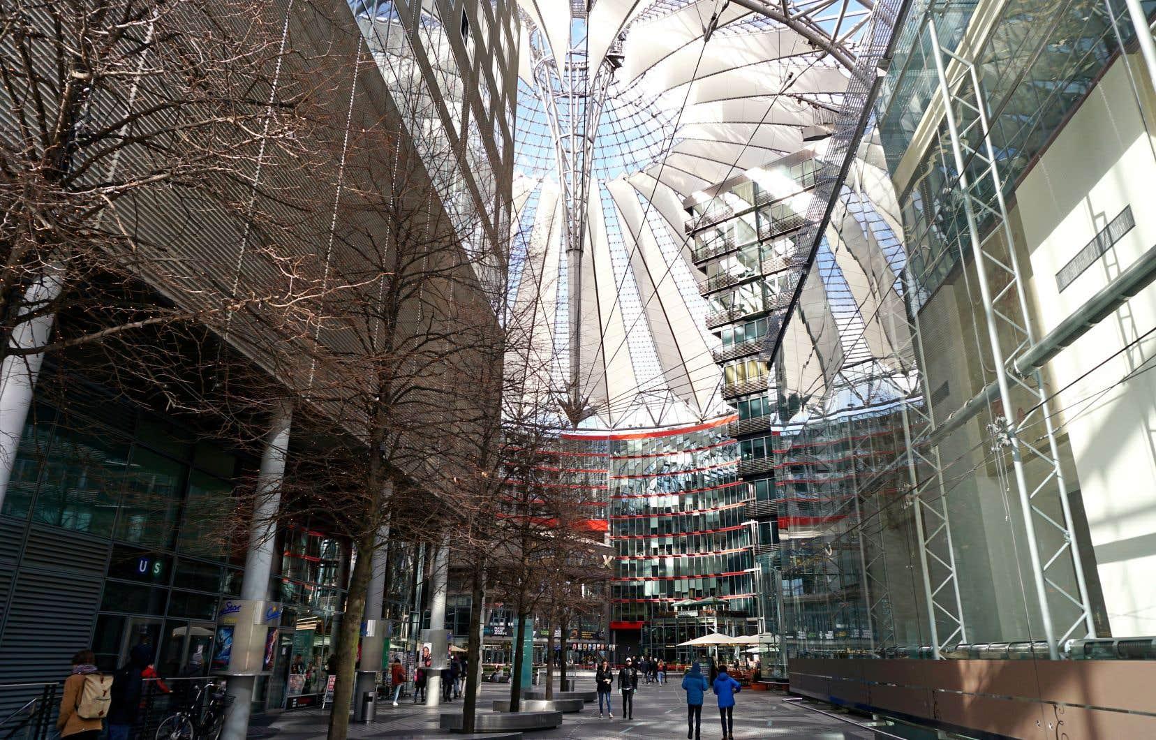 L'architecture du centre Sony, au sein du Postdamer Platz, constitue un aimant pour les visiteurs, qui y passent pour flâner ou pour casser la croûte.