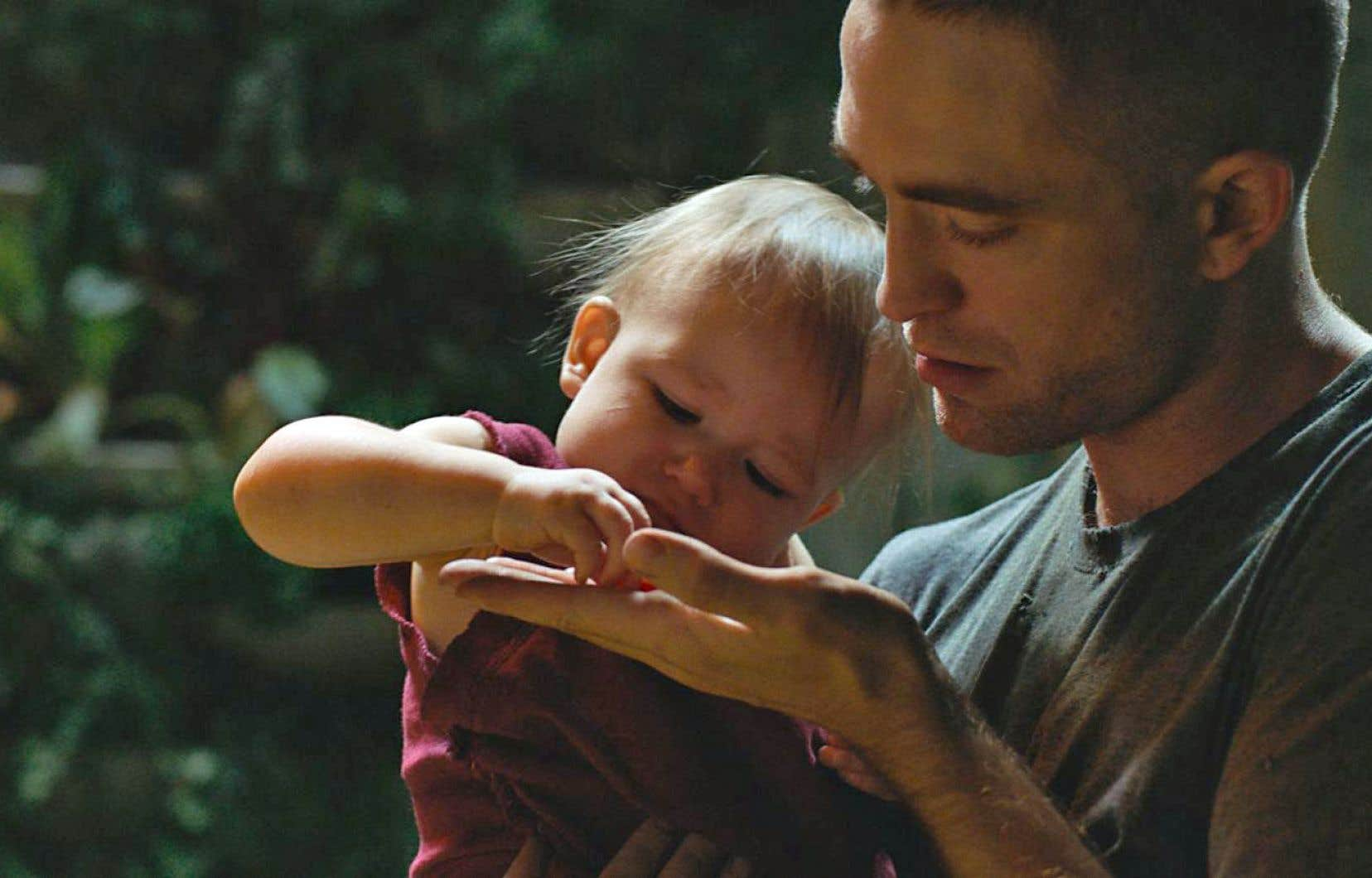 Monte (Robert Pattinson, surprenant) prend soin d'une fillette dont les pleurs réclament une mère que l'on sait déjà avalée par le cosmos.
