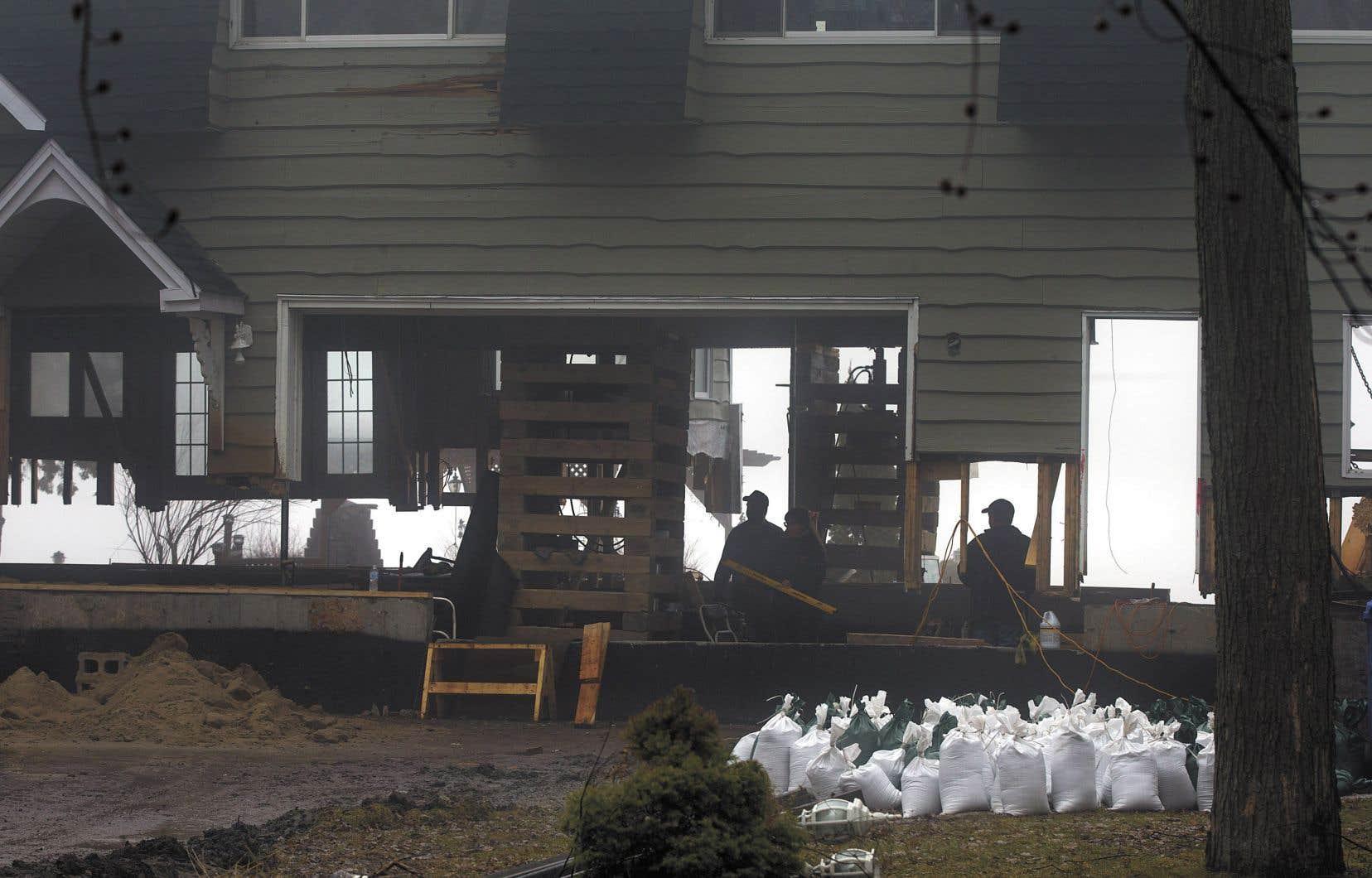 Si cette maison a été soulevée, ce n'est pas en prévision de la crue annoncée, comme on pourrait l'imaginer. Ses propriétaires sont plutôt en train de construire une fondation hydrofuge, comme les y oblige la réglementation que Rigaud a adoptée dans la foulée des inondations de 2017.