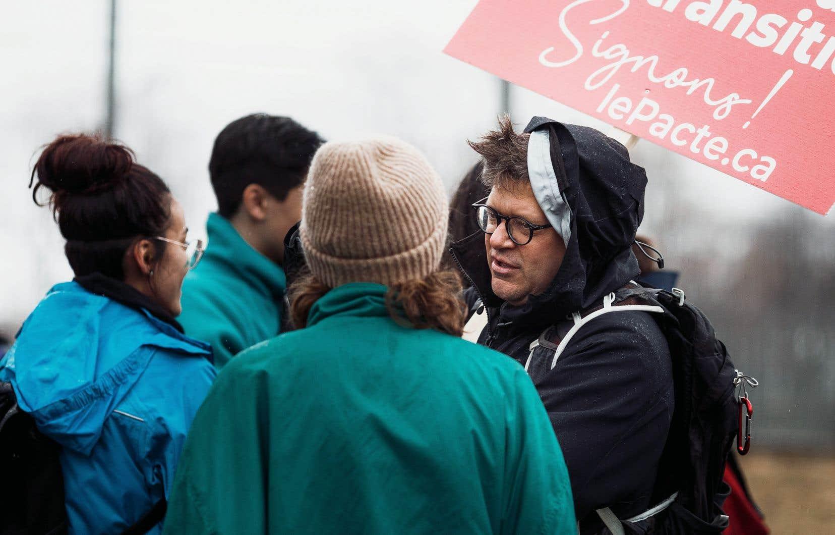 Dominic Champagne discute avec des jeunes qui manifestaient vendredi en faveur du climat.