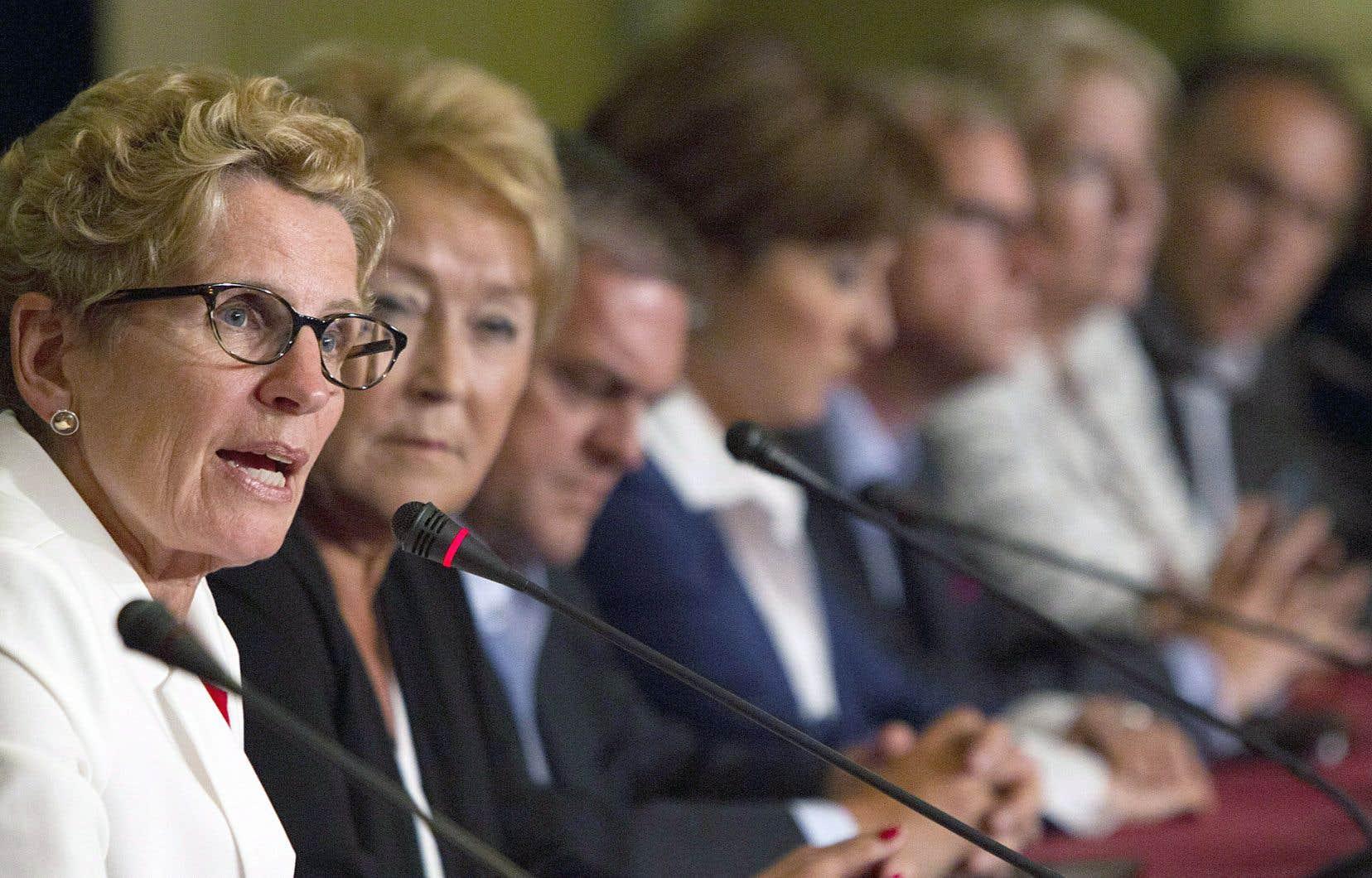 Sur cette photo prise en juillet 2013 lors d'un Conseil de la fédération, on aperçoit les premières ministres Kathleen Wynne (Ontario), Pauline Marois (Québec), Christy Clark (Colombie-Britannique) et Kathy Dunderdale (Terre-Neuve-et-Labrador).