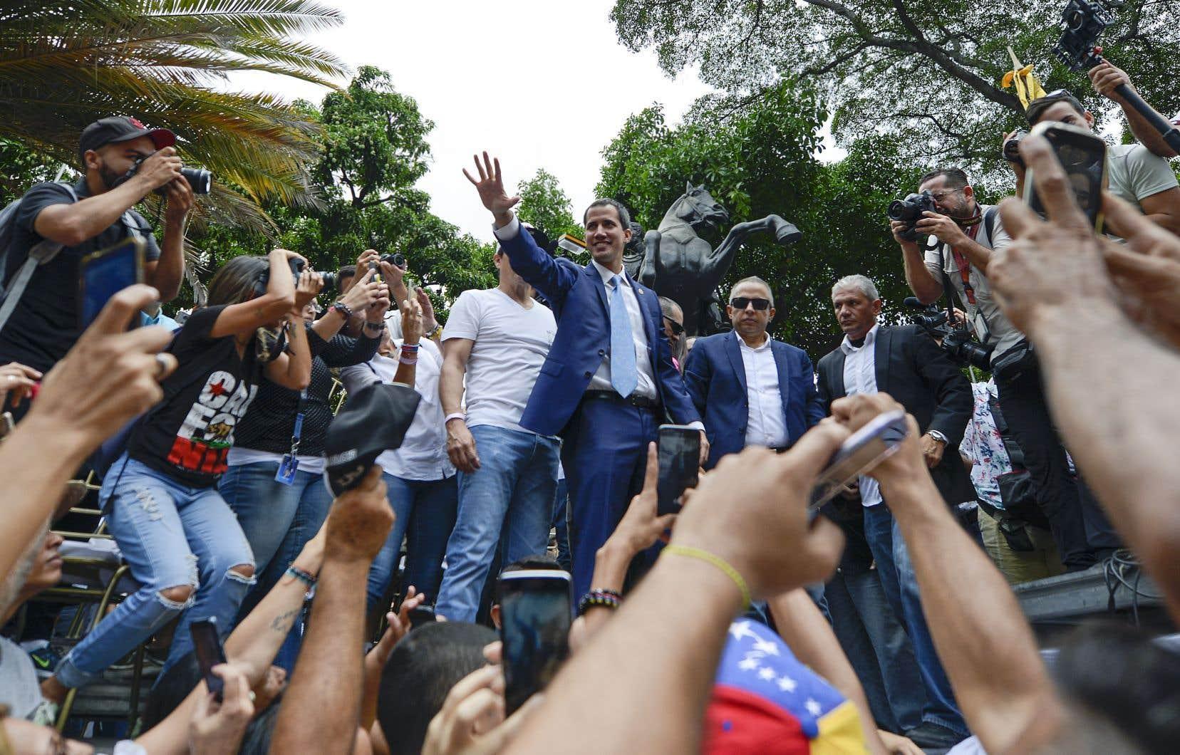 <p>Le chef de l'opposition Juan Guaidó a appelé à «la plus grande manifestation de l'histoire» de son pays le 1ermai, pour que cesse «l'usurpation» du pouvoir dont est coupable, selon lui, le président Nicolas Maduro.</p>