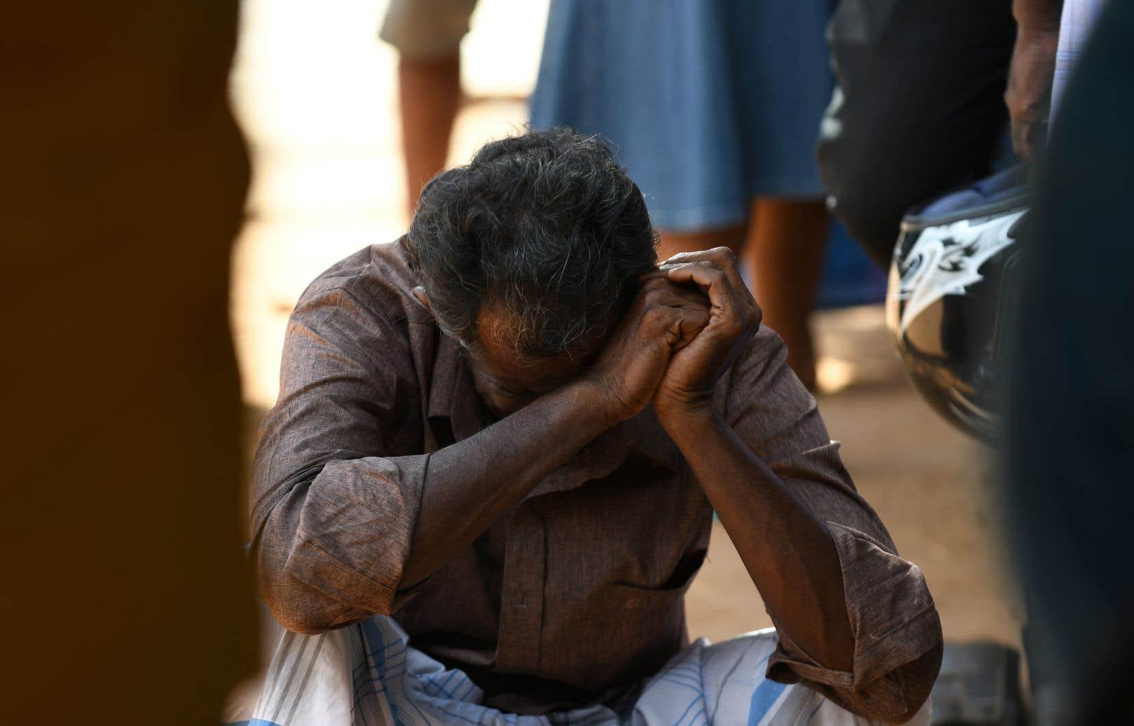Un membre de la famille d'une victime d'une explosion est en pleurs devant un hôpital de Batticaloa, dans l'est du Sri Lanka, le 21 avril 2019.