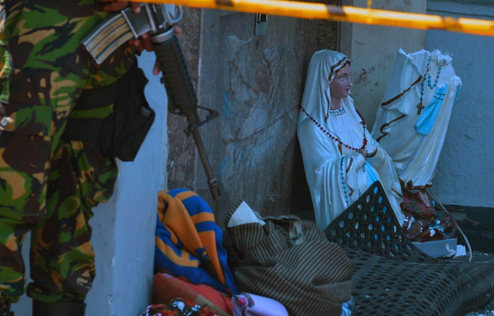 Huit explosions au total, non revendiquées, se sont produites dimanche au Sri Lanka, contre des hôtels de luxe et des églises remplies pour la messe de Pâques.