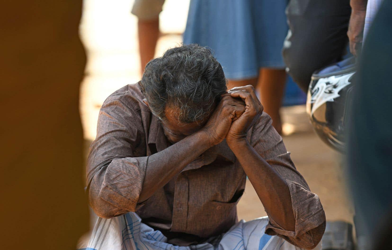 Un proche d'une victime des attentats en sanglots à l'extérieur de l'hôpital Batticaloa, à l'est du Sri Lanka
