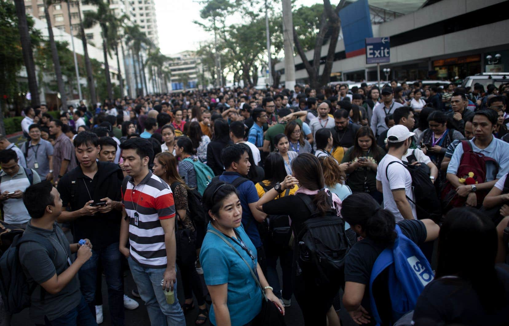 Dans la capitale Manille, des employés de bureau sont sortis dans les rues, quittant les gratte-ciel tandis que les alarmes retentissaient.