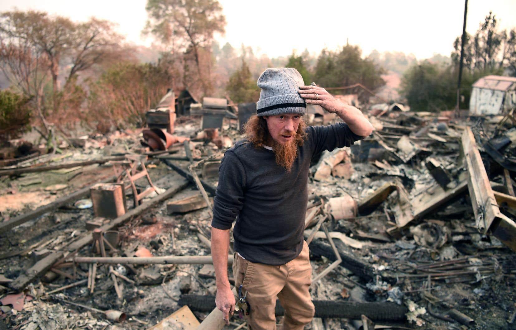 Ryan Spainhower, sur les débris de sa maison brûlée par les incendies de forêt à Paradise, en Californie, en 2018. De 20 à 50% des personnes exposées à une catastrophe naturelle ont un risque de développer des troubles psychologiques.