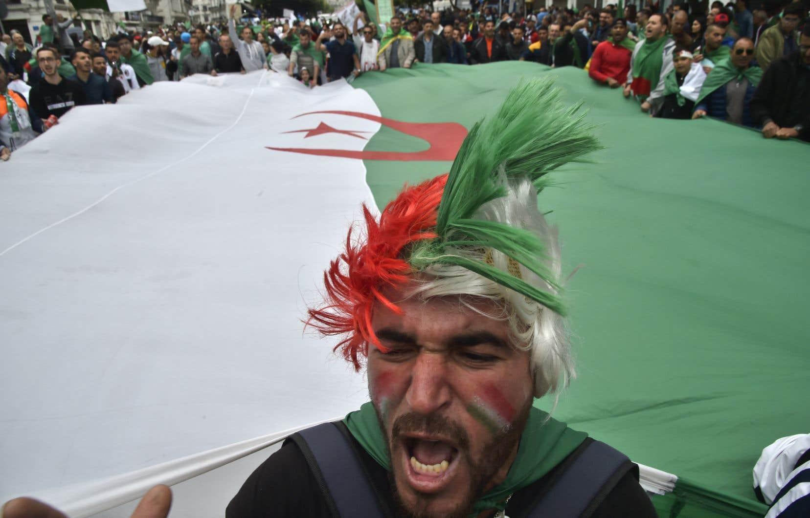 Aux cris de «Système dégage!», les étudiants se sont rassemblés comme chaque mardi devant le parvis de la Grande Poste, bâtiment emblématique du coeur d'Alger.