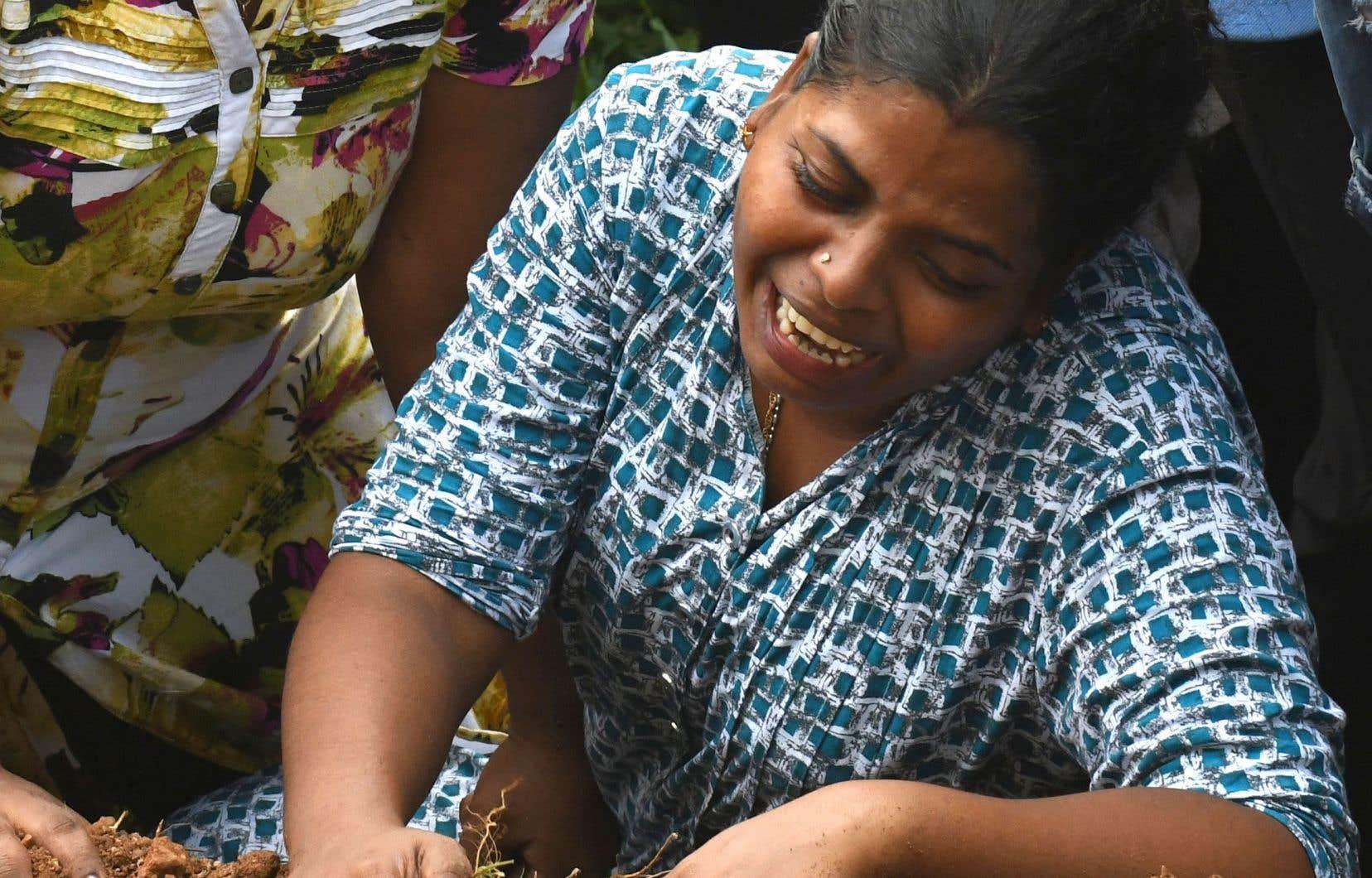 Les Sri-Lankais pleuraient et enterraient leurs morts mardi.