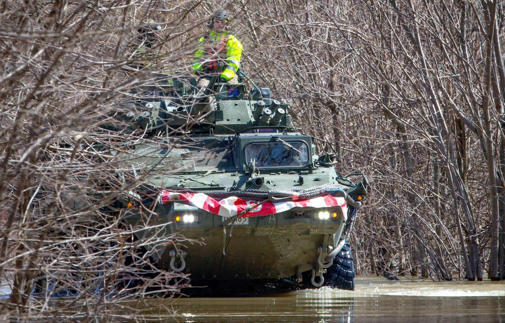 Les soldats de l'armée canadienne continuent de patrouiller et de venir en aide aux sinistrés, comme ici à Rigaud.