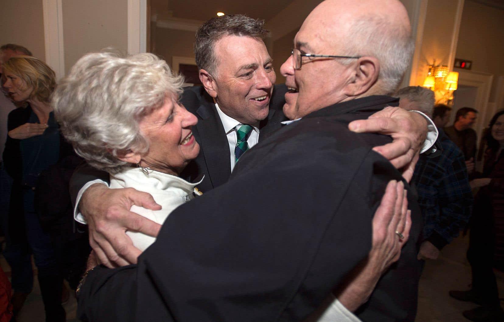 Le chef du parti conservateur de l'Île-du-Prince-Édouard, Dennis King, reçoit les félicitations de ses partisans après l'annonce de sa victoire mardi.