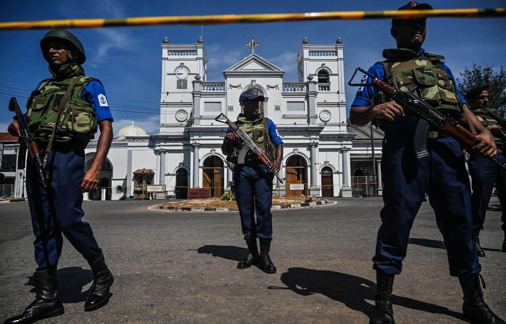 La gestion des autorités dans les jours ayant précédé ces attentats-suicides, revendiqués par le groupe État islamique, fait l'objet de critiques grandissantes.