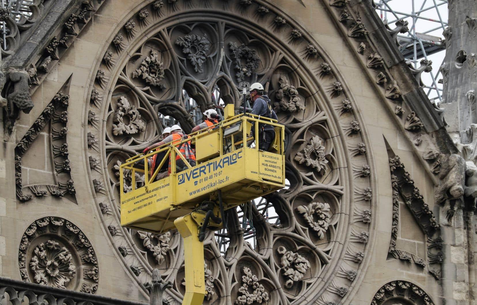 Des techniciens travaillent sur la cathédrale Notre-Dame de Paris le 23 avril dernier, une semaine après l'incendie qui a ravagé la cathédrale.
