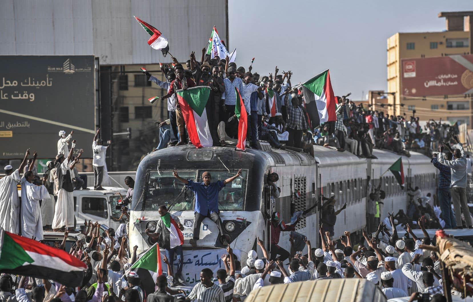 Les relations entre militaires et manifestants ont connu des soubresauts. Les responsables du mouvement de contestation avaient annoncé dimanche la suspension des discussions avec le Conseil militaire.