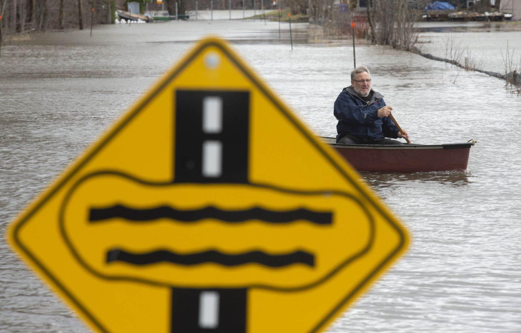 Un citoyen de Gatineau, Mike Laurent, s'est déplacé mercredi en canot dans les rues inondées de la ville.
