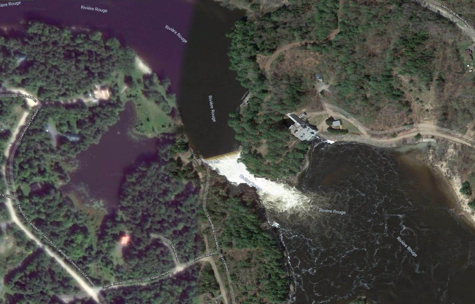 Le barrage de la Chute-Bell se trouve à une quinzaine de kilomètres au nord de la rivière des Outaouais.
