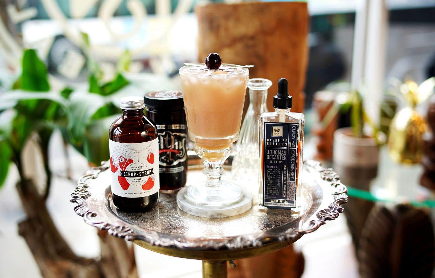 Verser tout le contenu du shaker dans un grand verre rempli de glace concassée, puis garnir d'une cerise à cocktail italienne.