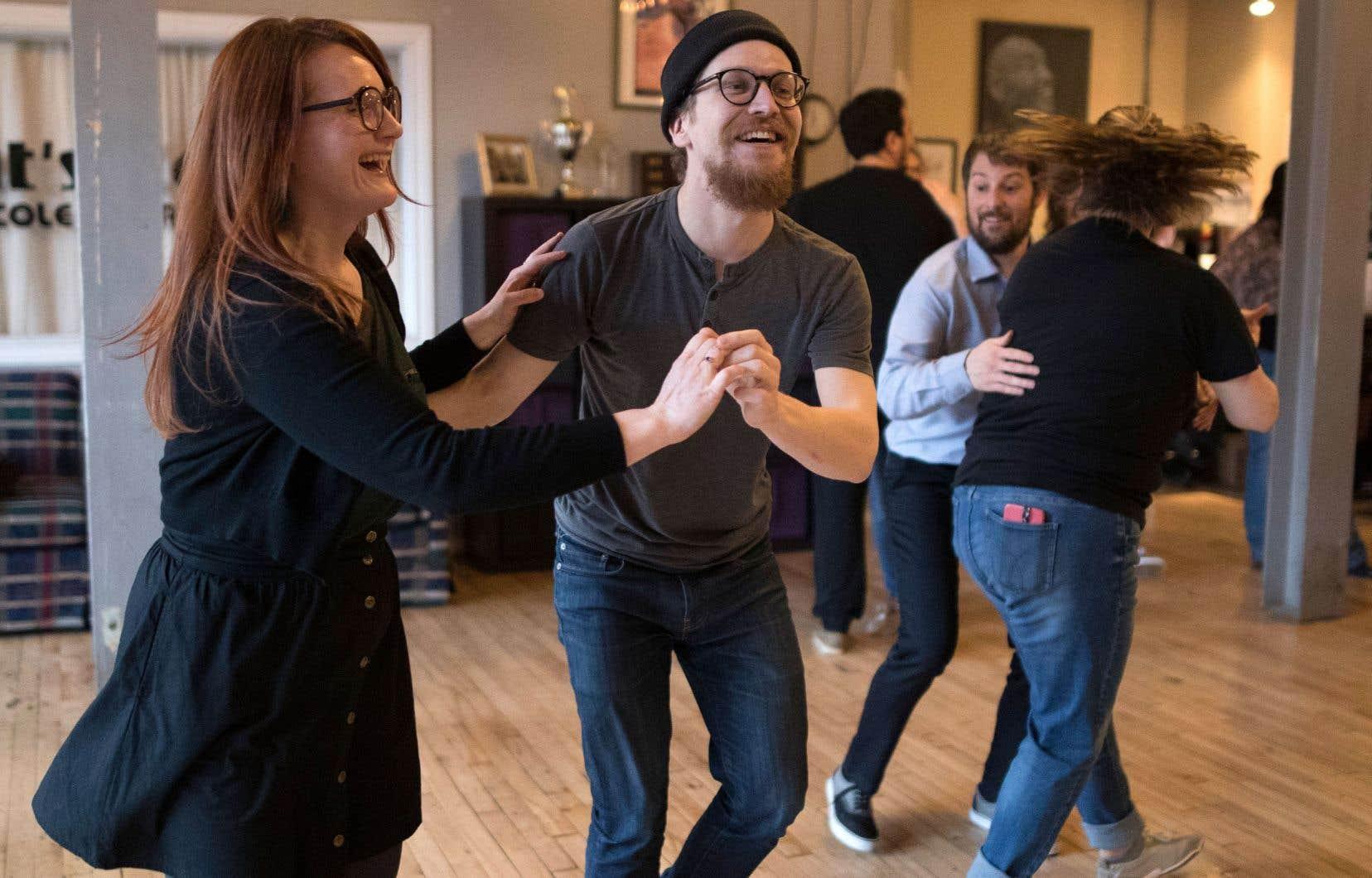 Sur des airs de vieux jazz, Sylwia Bielec et Phil Gauthier enseignent le swing et les rudiments de la joie à l'école Cat's Corner.
