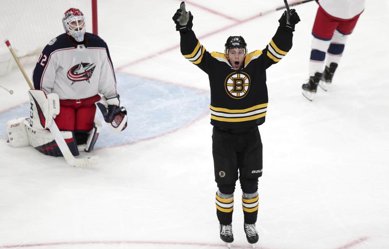 Charlie Coyle, des Bruins, a marqué les 2 buts de la victoire en fin de match.