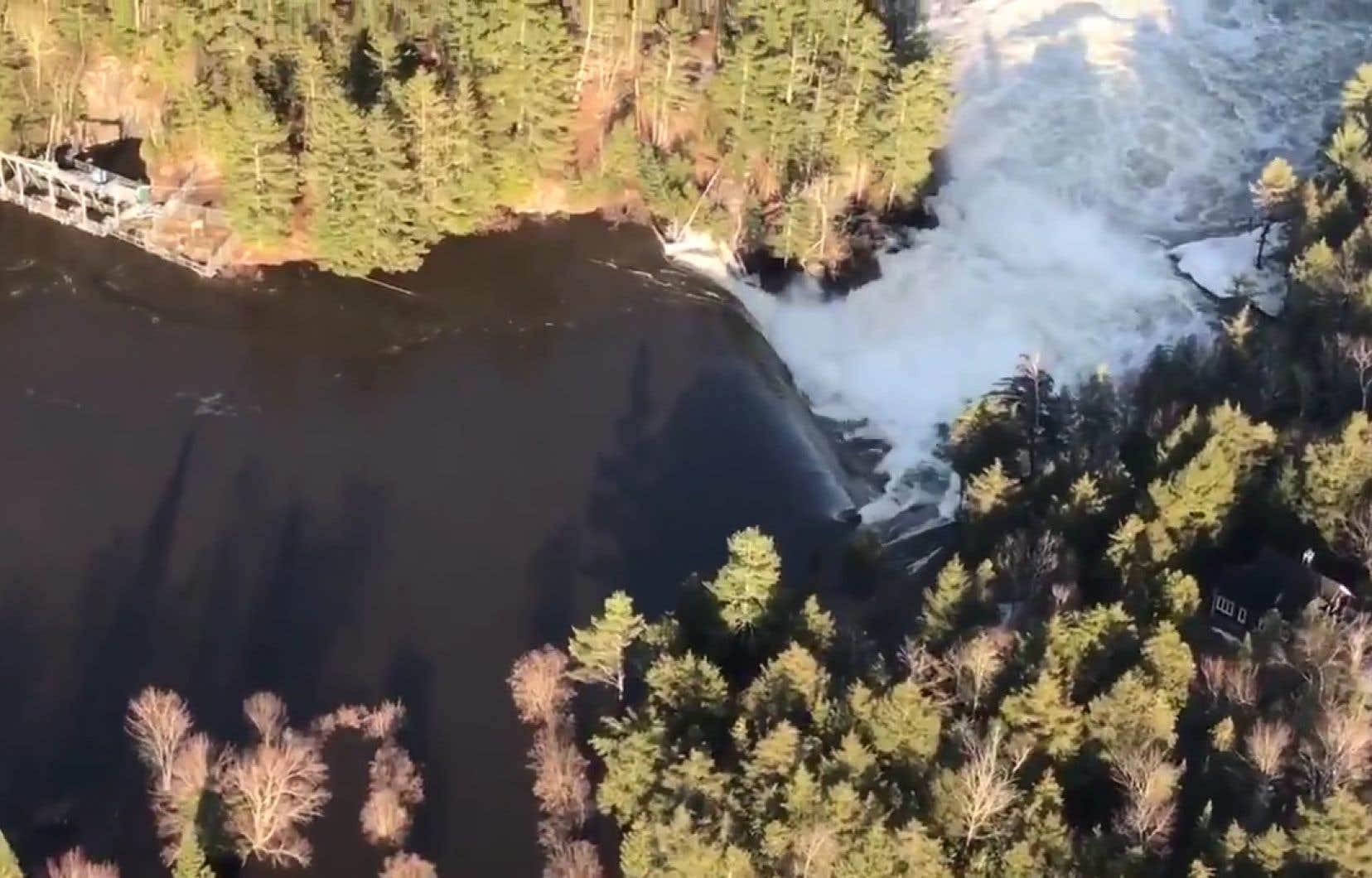 Les autorités de sécurité publique ont lancé en milieu d'après-midi, jeudi, une alerte avisant tous les citoyens en aval du barrage de la Chute-Bell d'évacuer sans délai.