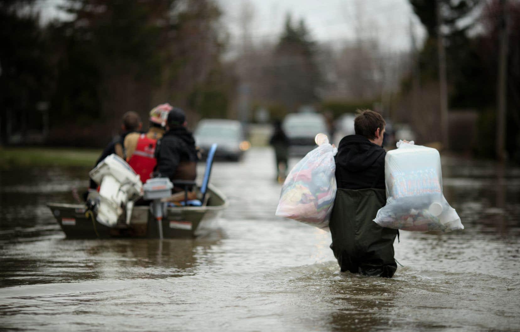 Le travail d'évacuation de la SQ se poursuivait dimanche matin, notamment avec des embarcations.
