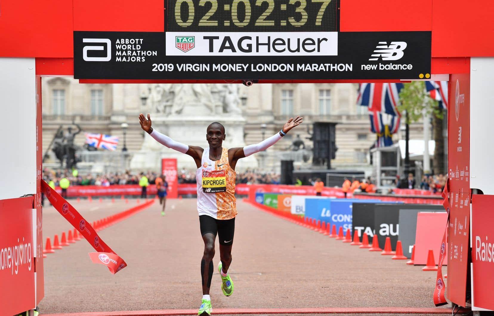 Le Kenyan Eliud Kipchoge a complétéles 42,2km en deux heures, deux minutes et 37 secondes.