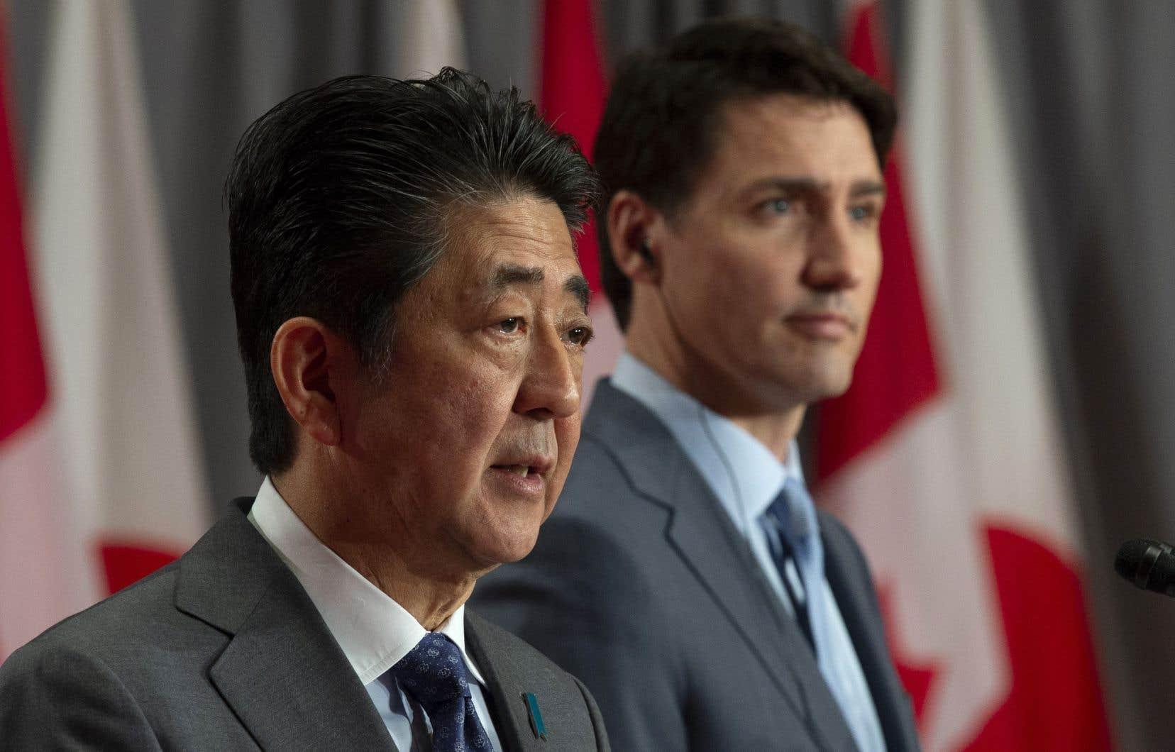 Les premiers ministres japonais et canadien, Shinzo Abe et Justin Trudeau