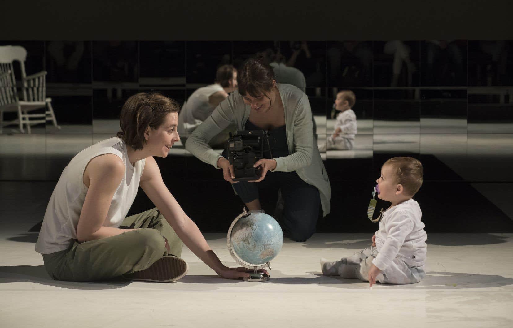 Certains tableaux semblent se développer de manière inattendue, se transformer. Ève Landry est tout simplement excellente en mère épuisée, qui exprime tout son vertige et tout son amour.
