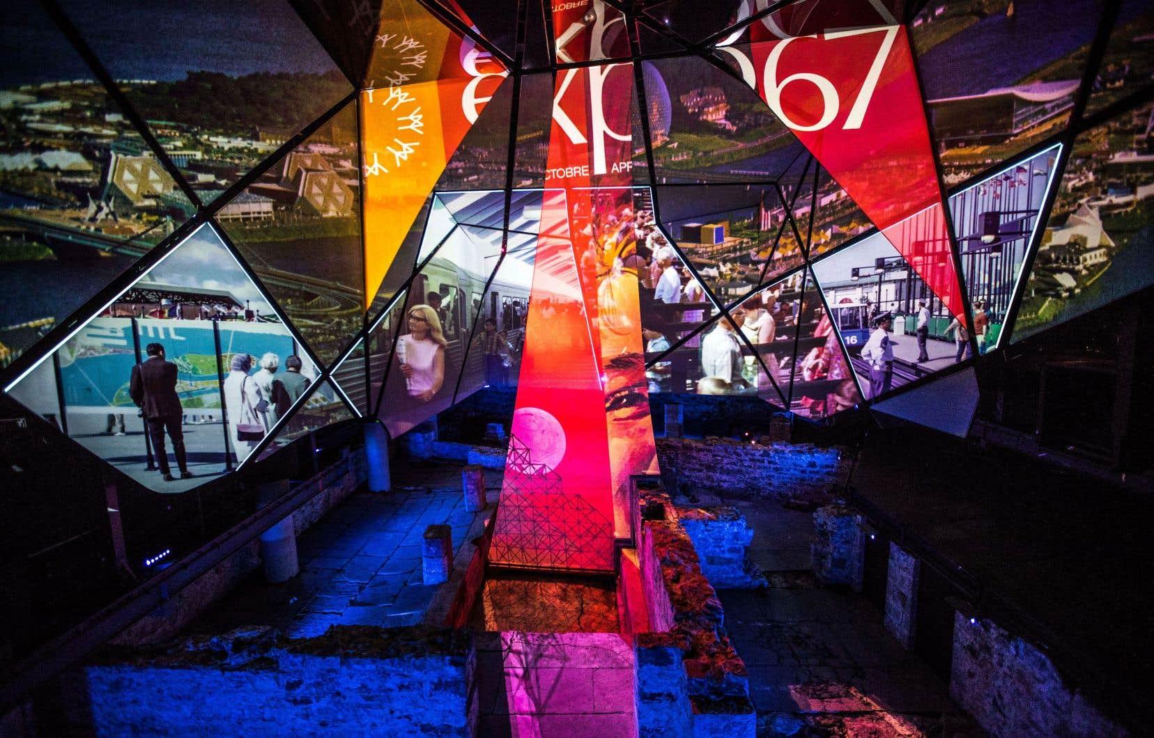 «Générations MTL» s'ébranle dans une salle où jusqu'à 144 visiteurs peuvent s'asseoir dans des gradins installés devant une surface de 390 mètres carrés, composée de plus d'une quarantaine de petits écrans morcelés.