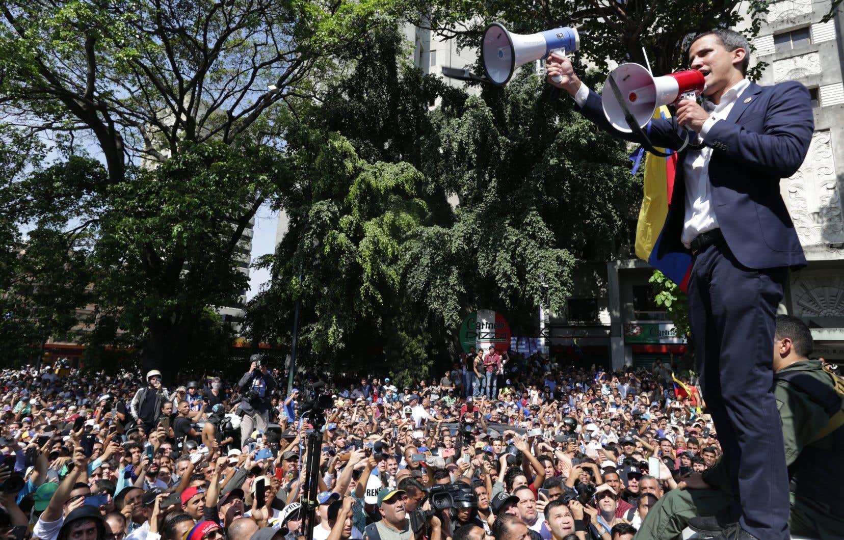 Juan Guaidó a revendiqué le ralliement de soldats depuis une base militaire de Caracas.