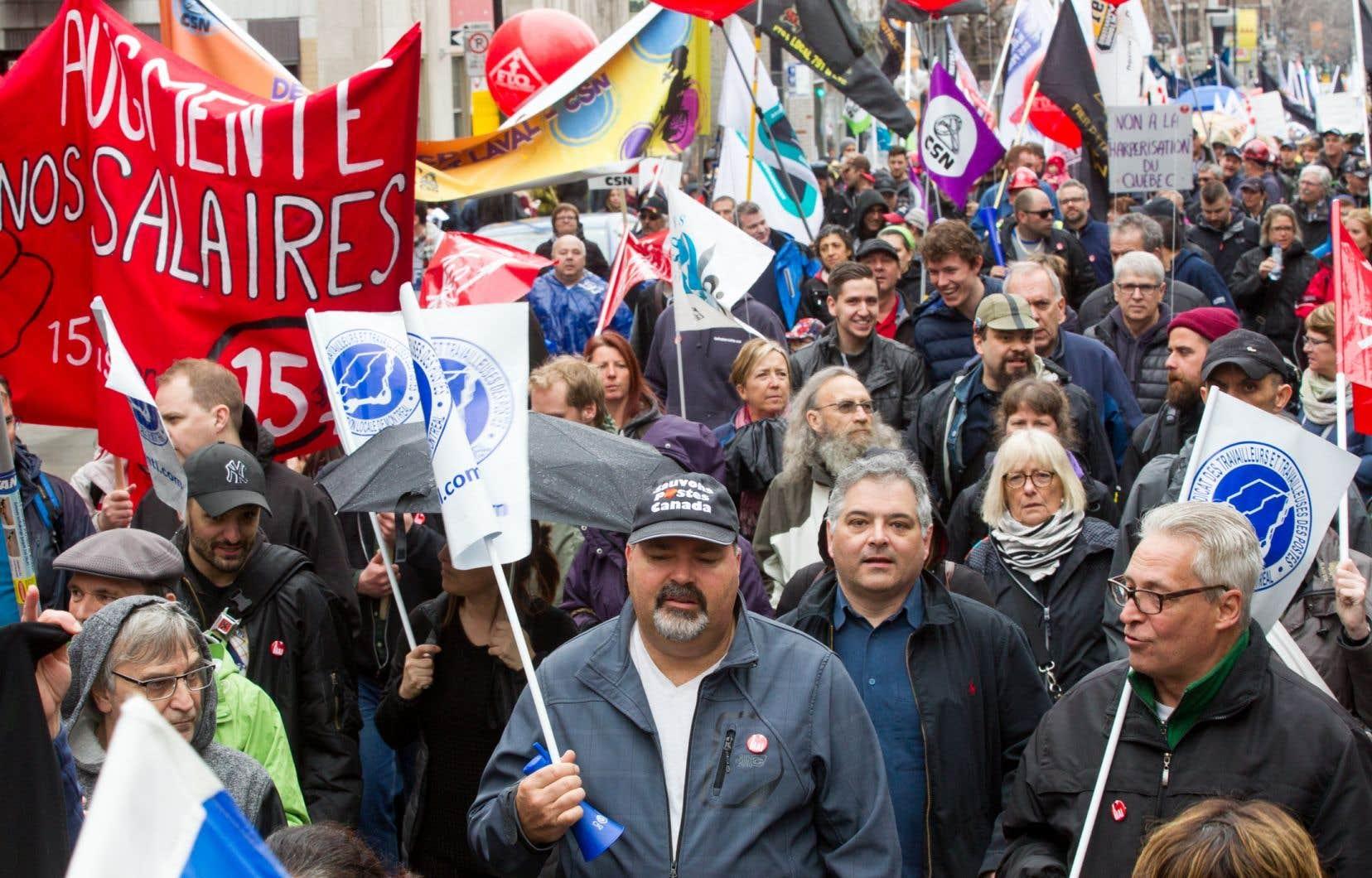 «Au Québec, plus de 800000 personnes, en majorité des femmes, gagnent moins de 15$ l'heure», notent les auteurs.