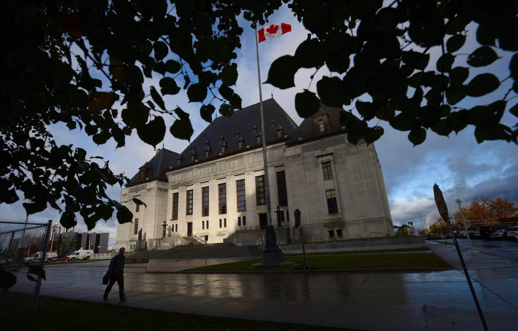 Un piéton passe devant la Cour suprême du Canada à Ottawa.
