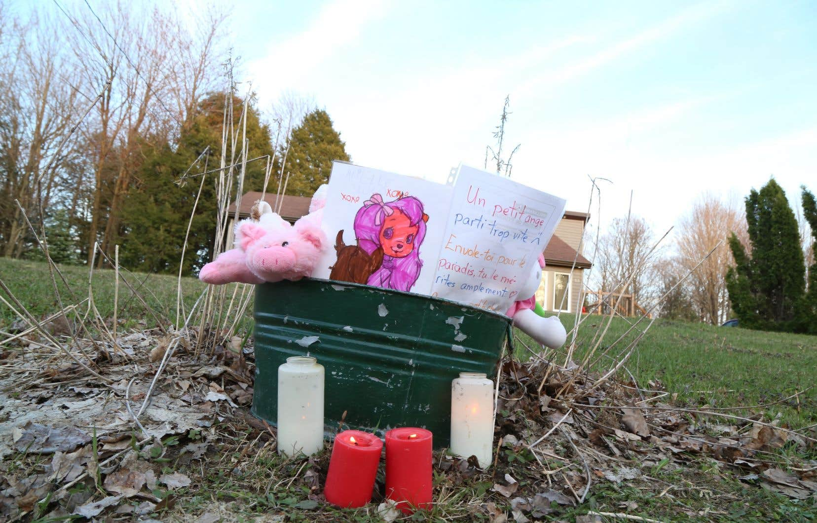 Plusieurs personnes ont tenu à rendre hommage à la fillette en déposant des peluches devant sa résidence.