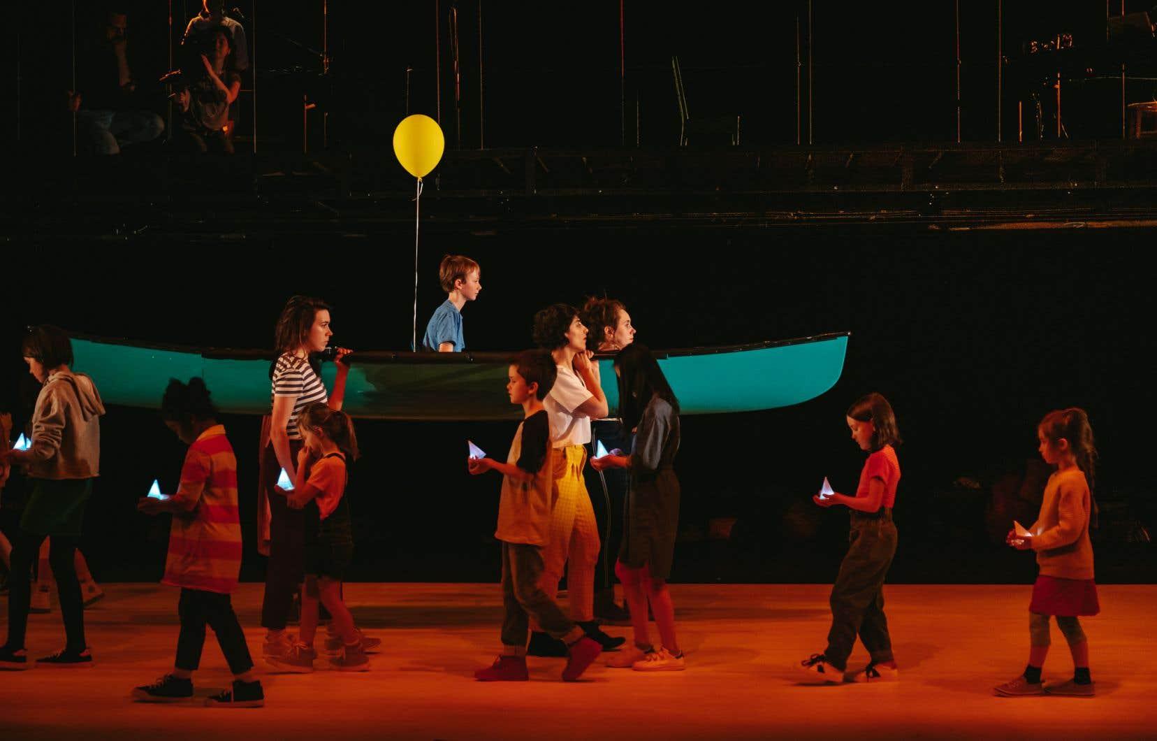Une quinzaine d'enfants participent par ailleurs au spectacle. Un choix qui pourrait tenir de la facilité; or, les créatrices ont fait preuve ici d'une sensibilité énorme.