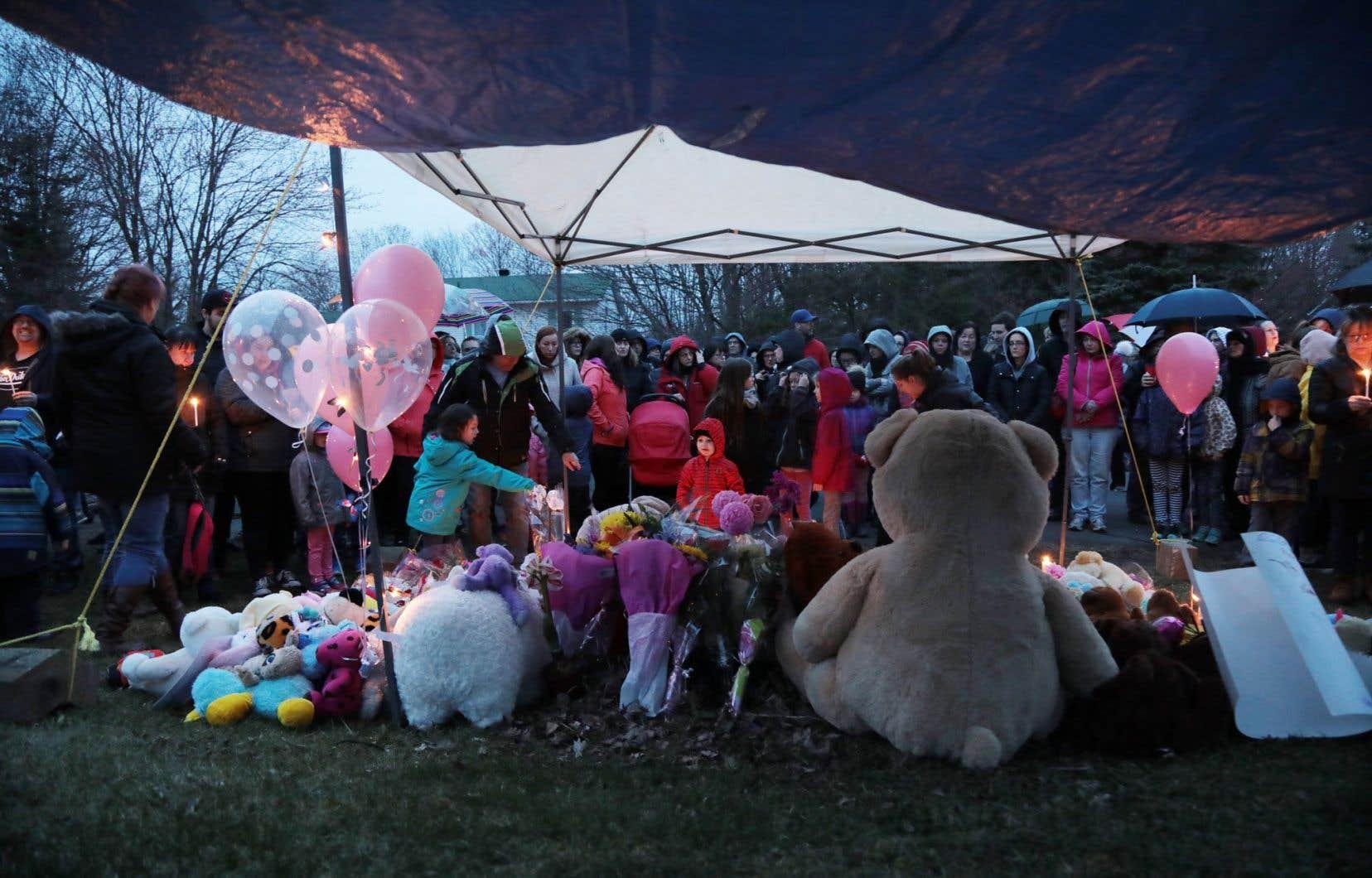Plusieurs personnes se sont réunies mercredi et jeudi devant la résidence de la fillette, allumant des lampions et déposant des peluches.