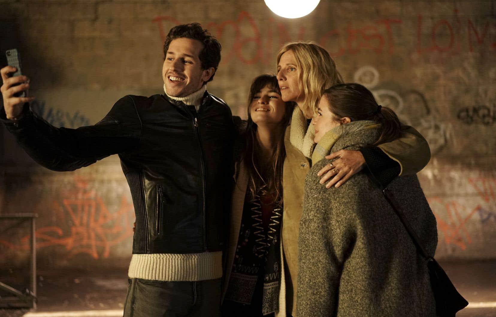 Héloïse (Sandrine Kiberlain) est mère de trois enfants, Théo (Victor Belmondo), Lola (Camille Claris) et Jade (Thaïs Alessandrin).