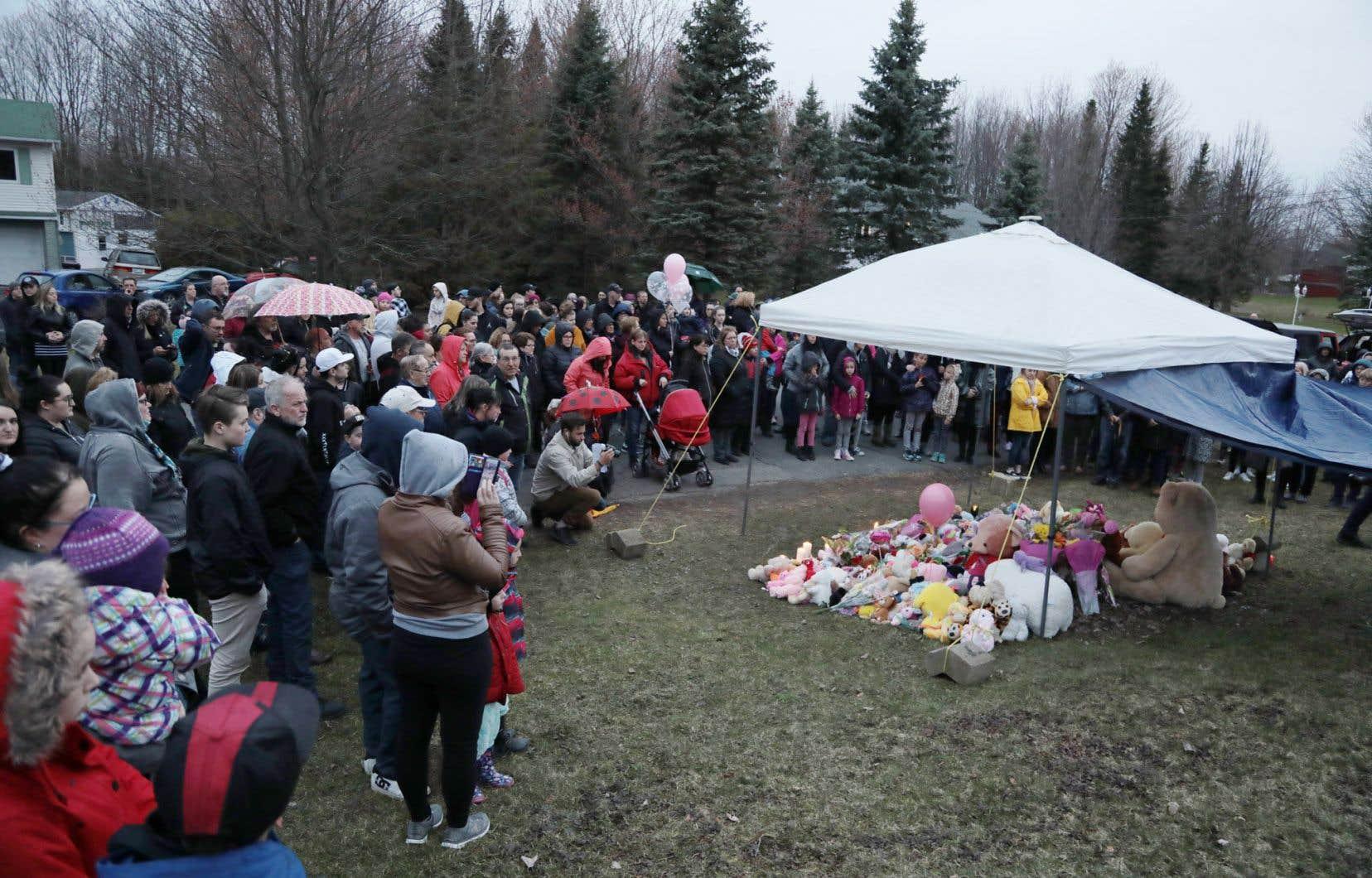 Des citoyens se sont réunis devant la demeure de la fillette décédée.