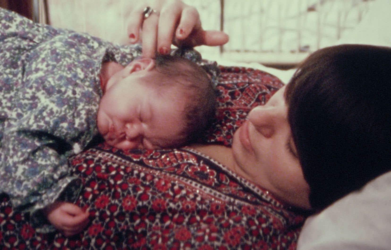 «Tu seras mère ma fille» propose de nombreux extraits d'archives, dont ceux qui témoignent de la réalité de deux lignées de femmes-mères sur plusieurs générations.