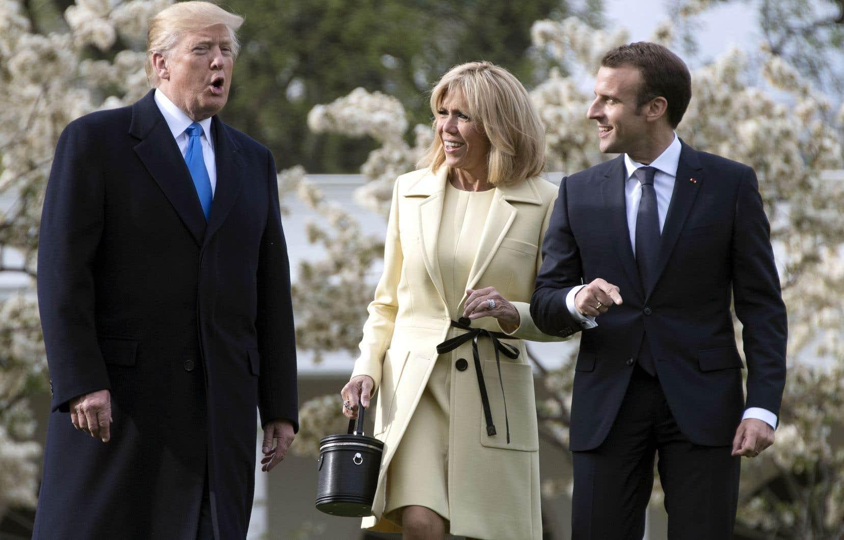 Donald Trump, avec le président français Emmanuel Macron et son épouse Brigitte, à l'été 2018. Cette dernière est familière des manières du président américain, qui lui avait lancé l'année d'avant un «You're in such good shape!» qui avait divisé les traducteurs.
